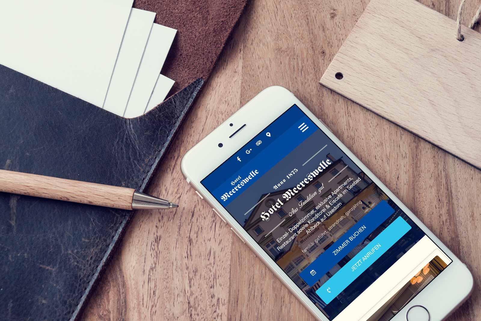 Hotel Webseite auf Mobiltelefon